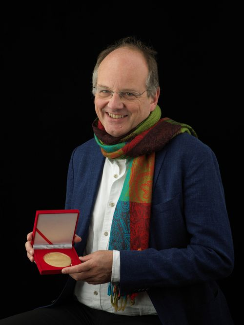 Archaeologist Johannes Müller with the medal for this year's SAF Award in the field of research.