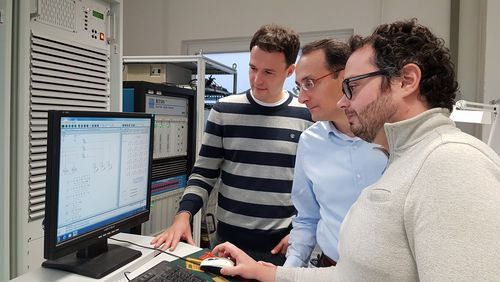 Projekt KielFlex: Markus Andresen, Marco Liserre, Giovanni des Carne (from the left) simulate Kiel's entire power grid in the lab at the CAU's Faculty of Engineering.