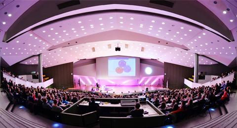 Eröffnungsvorlesung der Night of the Profs 2013 im festlich beleuchteten Frederik-Paulsen-Hörsaal. Foto: Jürgen Haacks / Uni Kiel