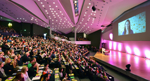 Erstsemesterbegrüßung im bunt illuminierten Frederik-Paulsen-Hörsaal im Audimax.